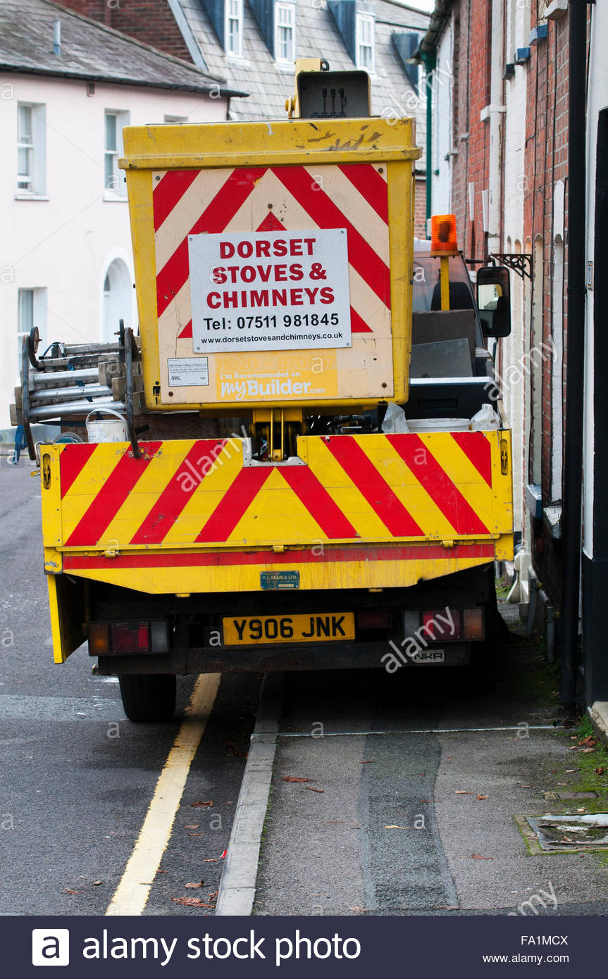 Constructores carretilla bloqueando el pavimento, Blandford, Dorset, Inglaterra Imagen De Stock