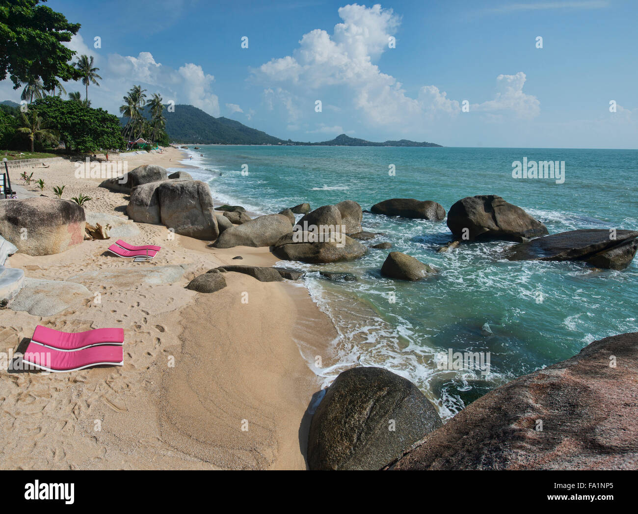 A lo largo de la playa de Lamai en isla de Koh Samui, Tailandia Foto de stock
