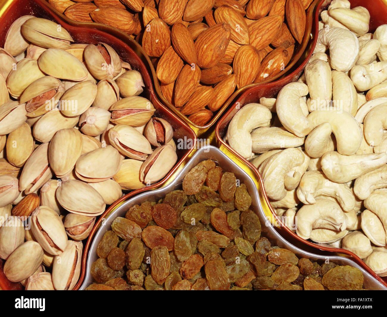 Un delicioso y saludable mezcla de frutos secos, pistacho y anacardo Imagen De Stock