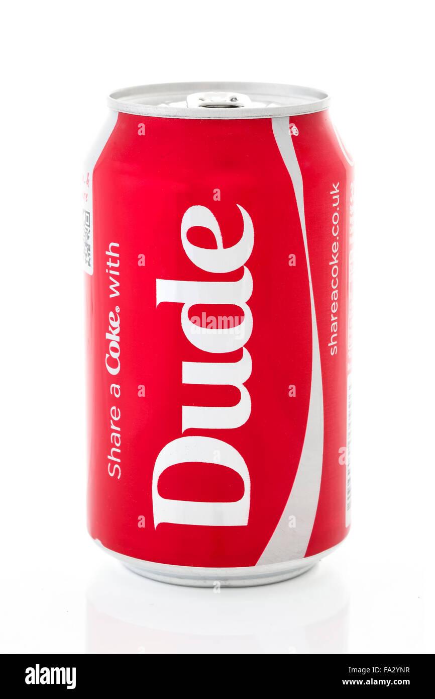 Compartir una Coca-Cola con dude sobre un fondo blanco. Imagen De Stock