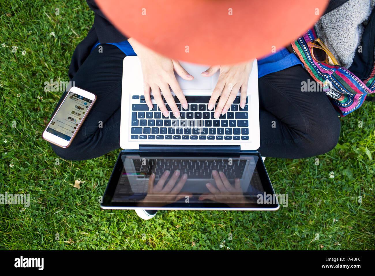 Un alto ángulo de visualización de freelancer utilización portátil en park Imagen De Stock