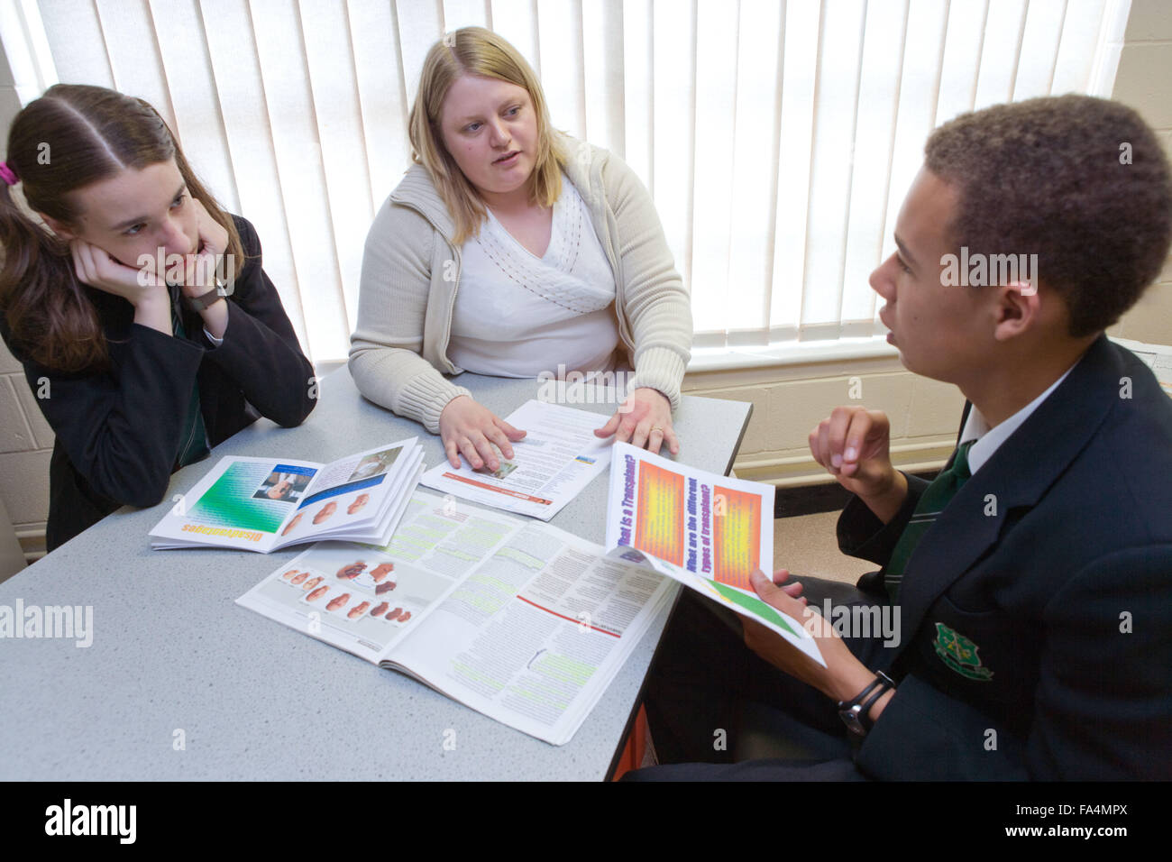 Profesor de secundaria en la discusión con los alumnos durante una lección de biología Imagen De Stock