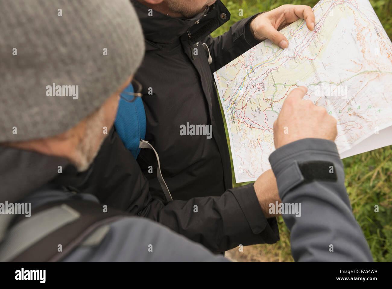 Dos excursionistas madura controlar el mapa de la manera correcta, Alpes Austríacos, Carintia, Austria Imagen De Stock
