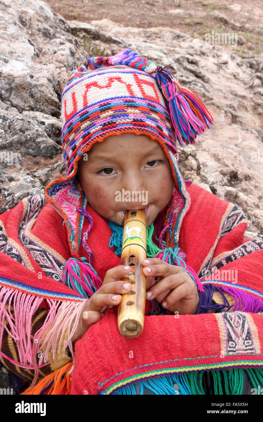Niño Peruano en traje tradicional tocando una flauta de madera Imagen De  Stock 4589f11f6bb