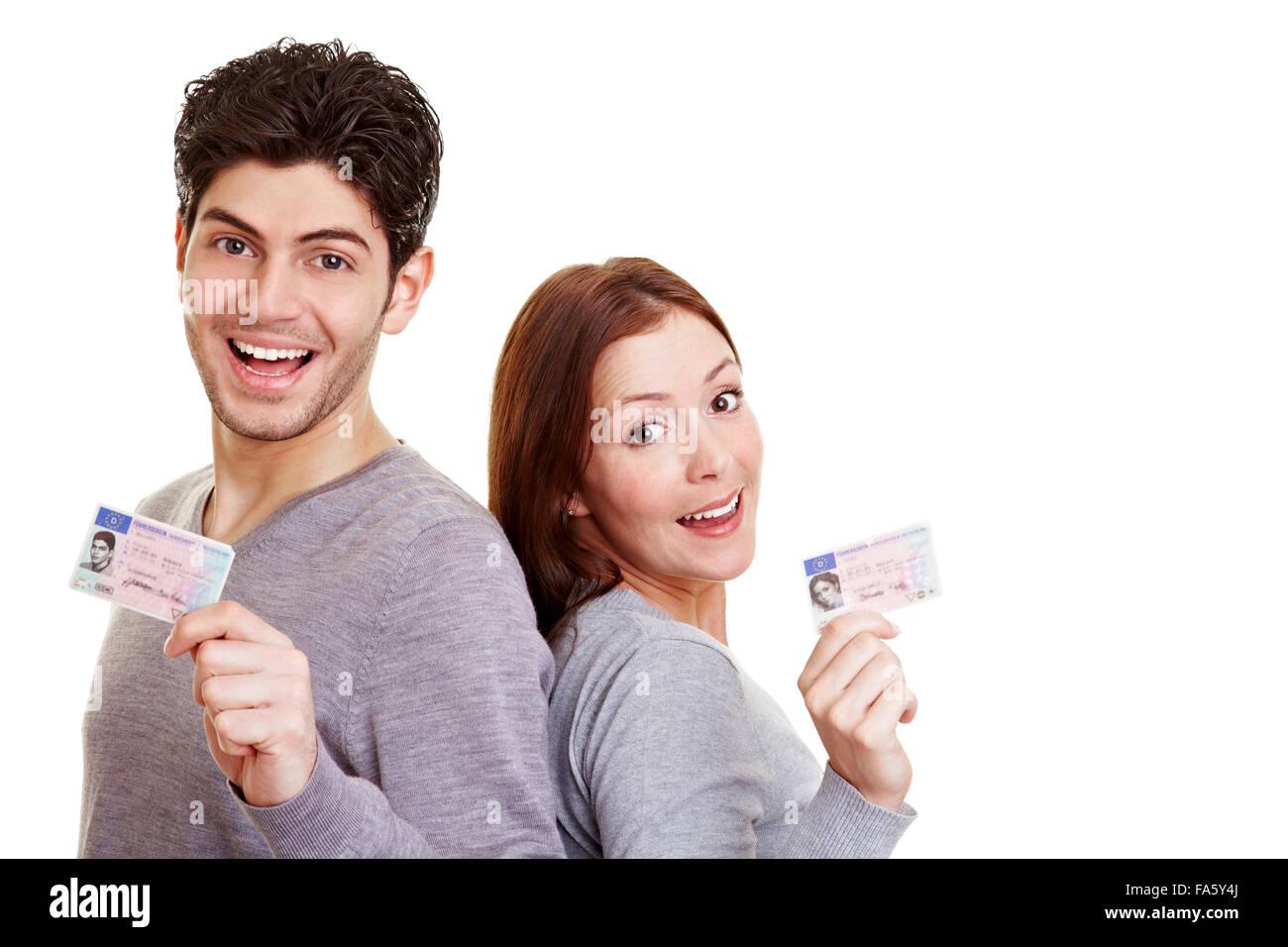 Dos jóvenes adultos con orgullo su licencia de conductores europeos Imagen De Stock