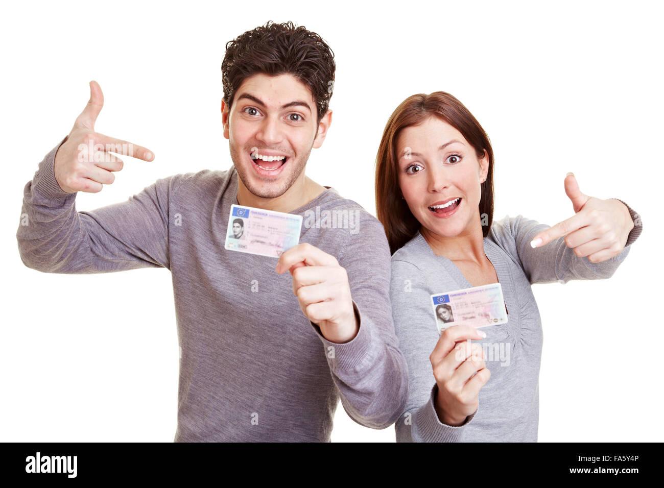 Dos adolescentes feliz señalando su permiso de conducción europeo Imagen De Stock