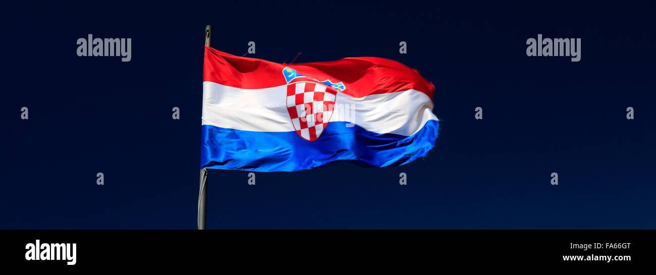 La bandera nacional de Croacia contra el cielo azul, Dubrovnik, del condado de Dubrovnik-Neretva, Costa dálmata, el Mar Adriático, en Croacia, de los Balcanes Foto de stock