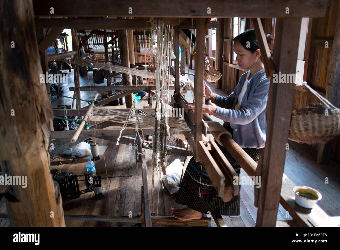 Fabricación textil birmano tradicional junto al Lago Inle , Myanmar Imagen De Stock