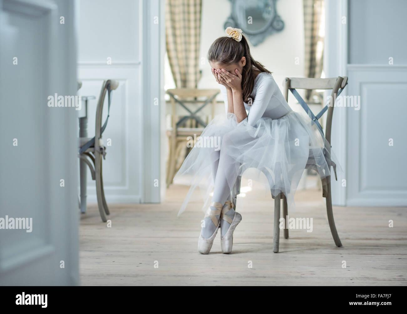 Triste bailarina de ballet llorando en el aseo Imagen De Stock