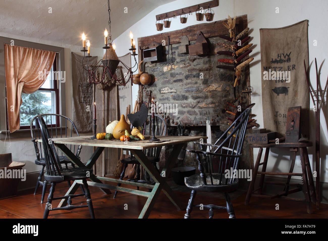 Mesa de comedor y sillas de estilo primitivo americano temprano Imagen De Stock
