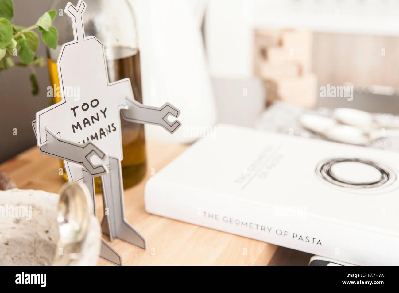 Carro de la cocina de una casa combinando estilo moderno minimalista con visualización de objetos tradicionales Imagen De Stock