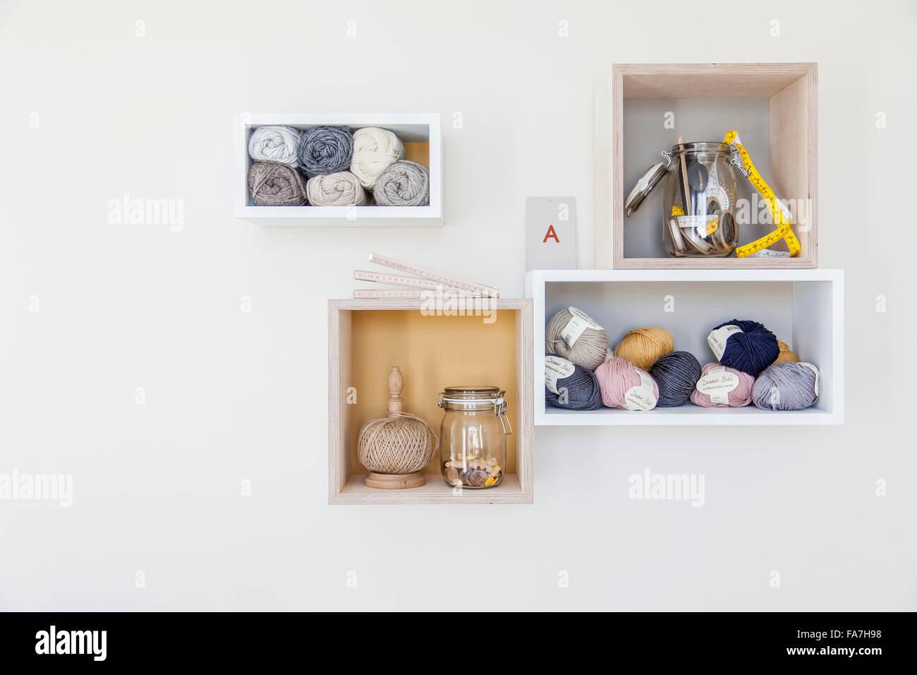 Estantes creativa una casa combinando estilo moderno minimalista con visualización de objetos tradicionales Imagen De Stock
