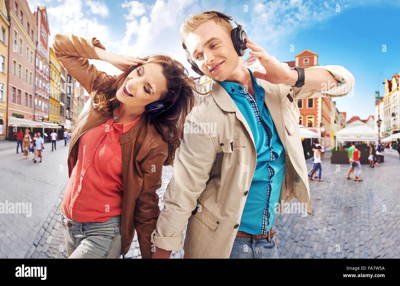 Alegre pareja bailando en el centro de la ciudad Imagen De Stock