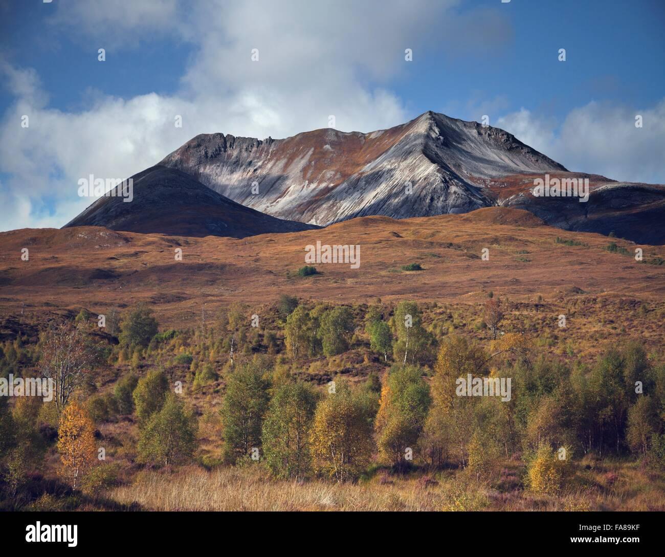Zona de bosques y montañas dentadas, Highland, Escocia Foto de stock