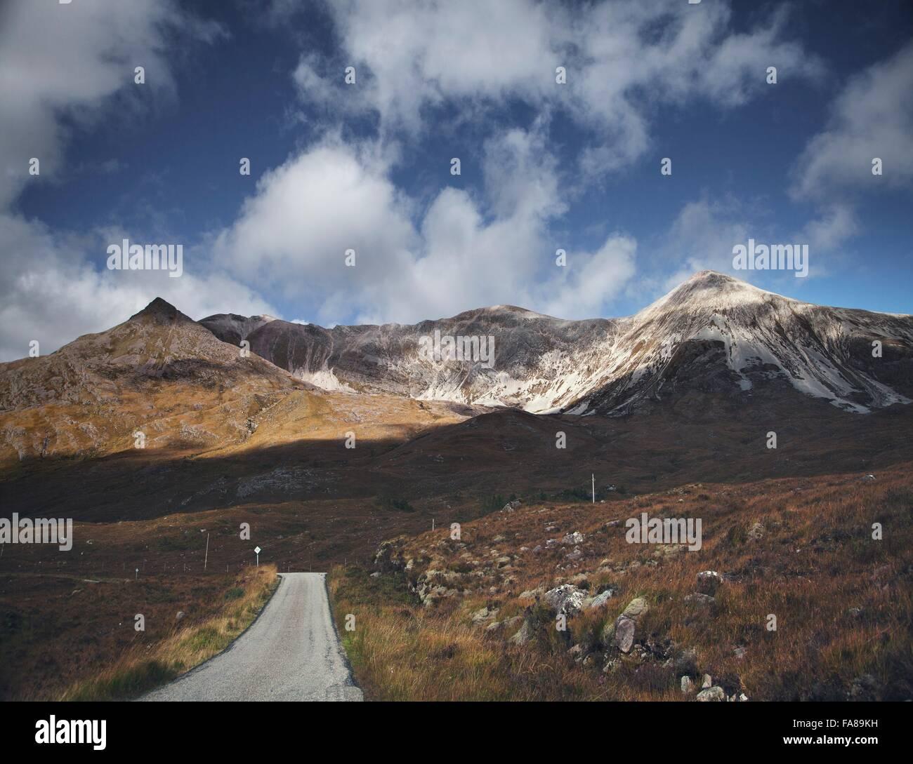 Solo vía carretera a través de la cordillera, Highland, Escocia Foto de stock