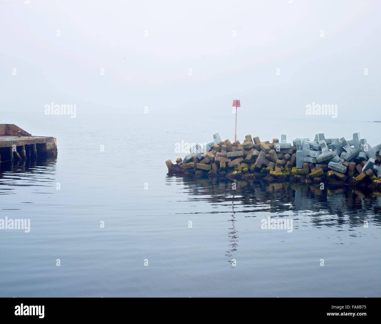 Rompeolas para el pequeño puerto, Dunbeath, Sutherland, Escocia Foto de stock