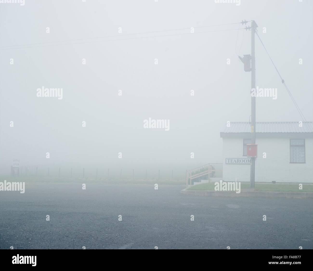 Lone highland confitería de neblina turbia, Tormore, Sutherland, Escocia Foto de stock
