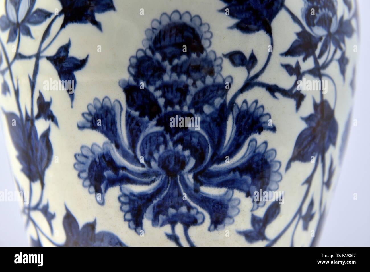 El museo de Shanghai.Jarrón con underglazes blue Diseño entrelazado de peonías Jingdezhen ware Yuan, Imagen De Stock