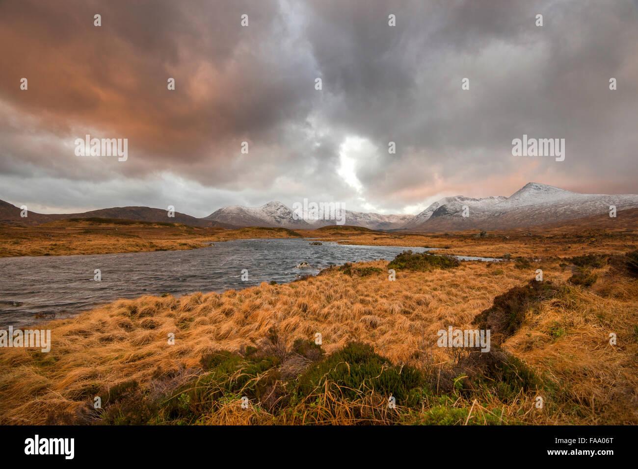 Amanecer en Loch Ba, Glencoe Escocia UK Foto de stock