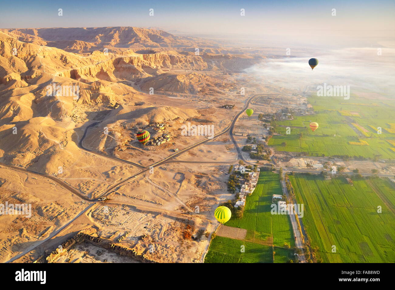 Egipto - vuelos en globo sobre la ribera occidental del Nilo, el paisaje de las montañas y el valle verde Imagen De Stock