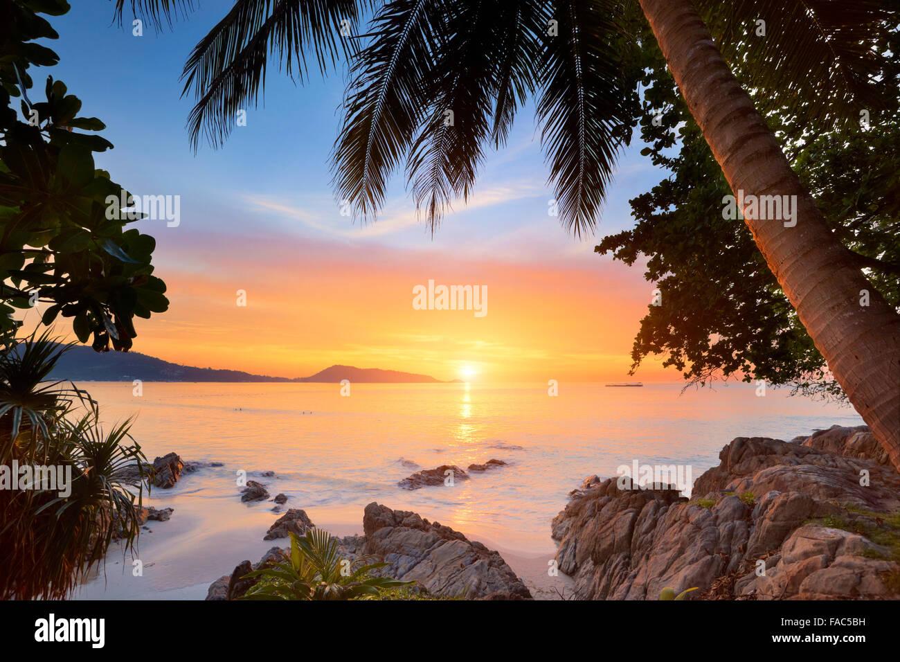 Tailandia - La isla de Phuket, Patong Beach, atardecer tropical tiempo paisaje Imagen De Stock