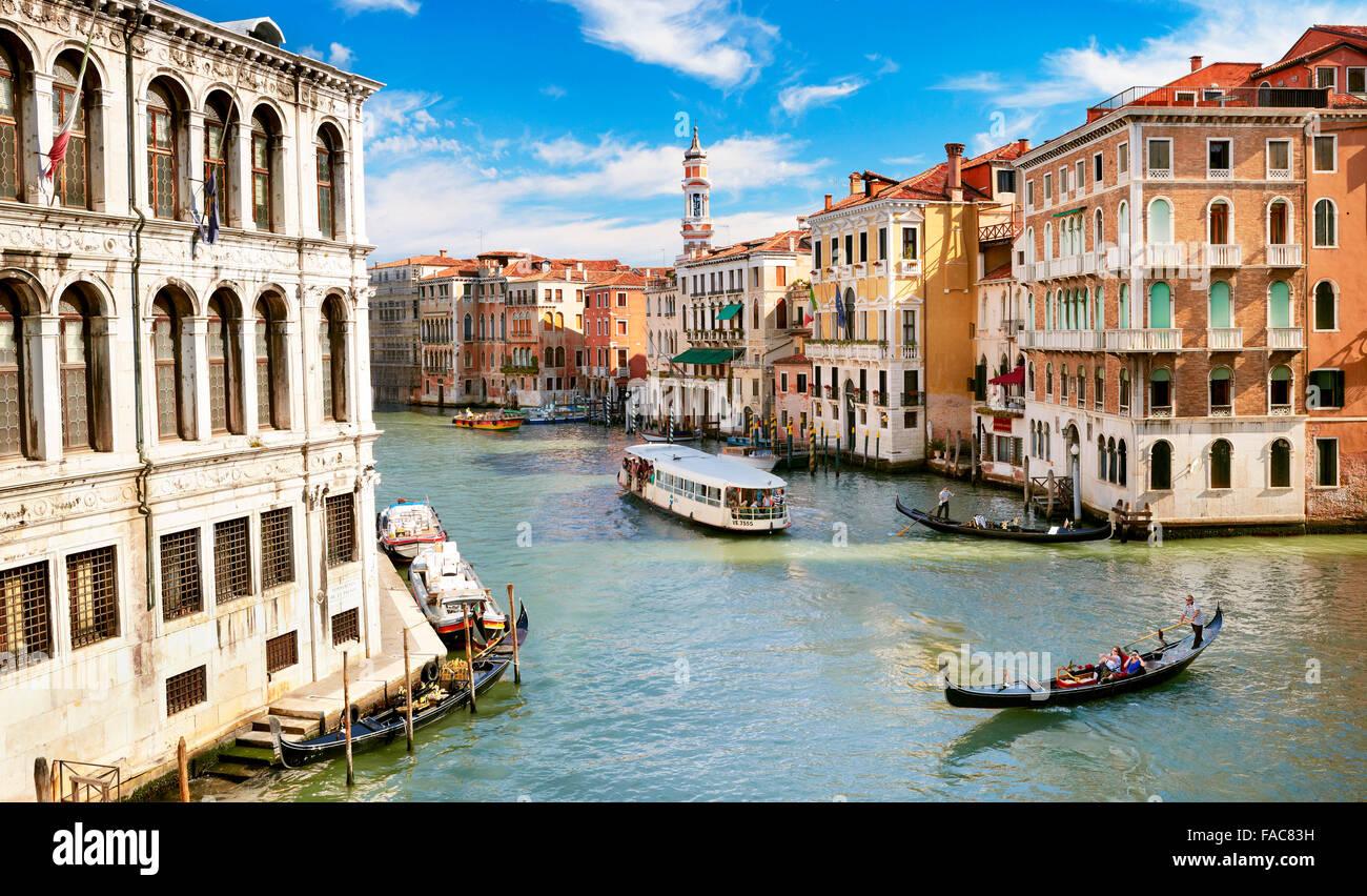 Góndola y autobús acuático en Grand Canal (Canal Grande), Venecia, Italia, la UNESCO Imagen De Stock
