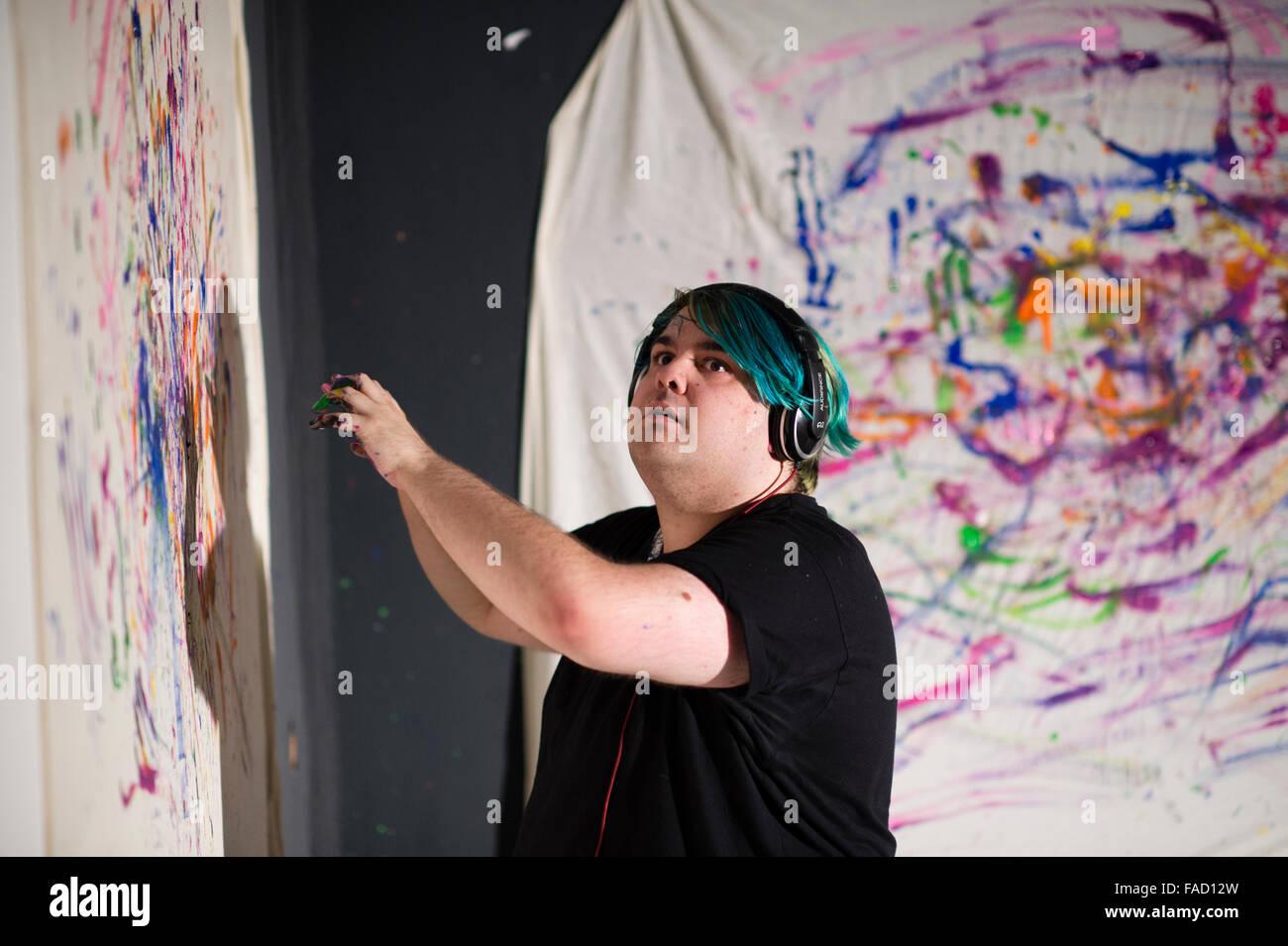 La educación artística en el REINO UNIDO: un joven estudiante crear una pieza de arte de performance en Imagen De Stock