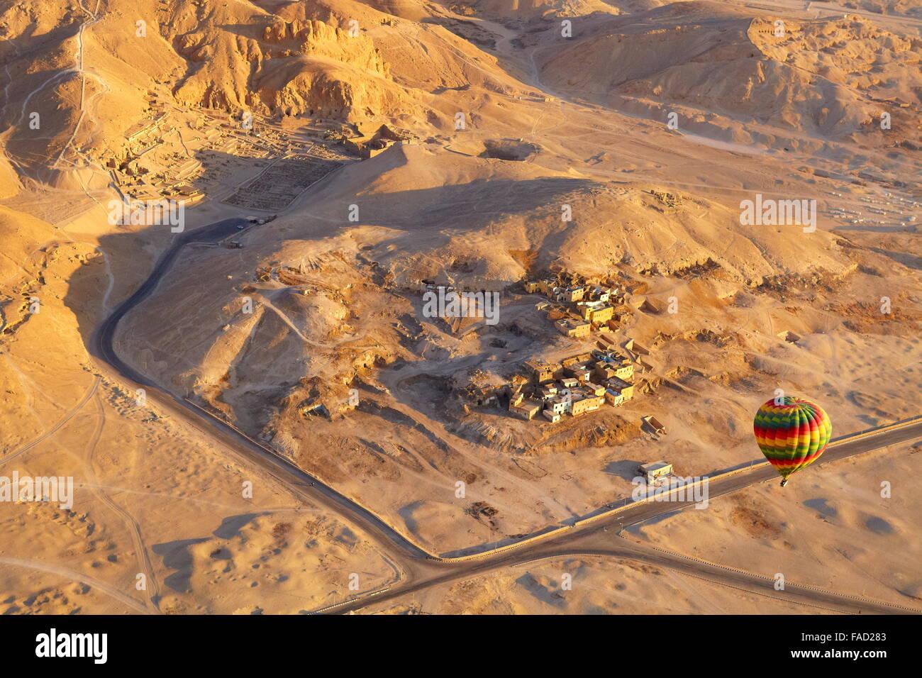 Egipto - vuelos en globo sobre la ribera occidental del Nilo, el paisaje de las montañas Imagen De Stock