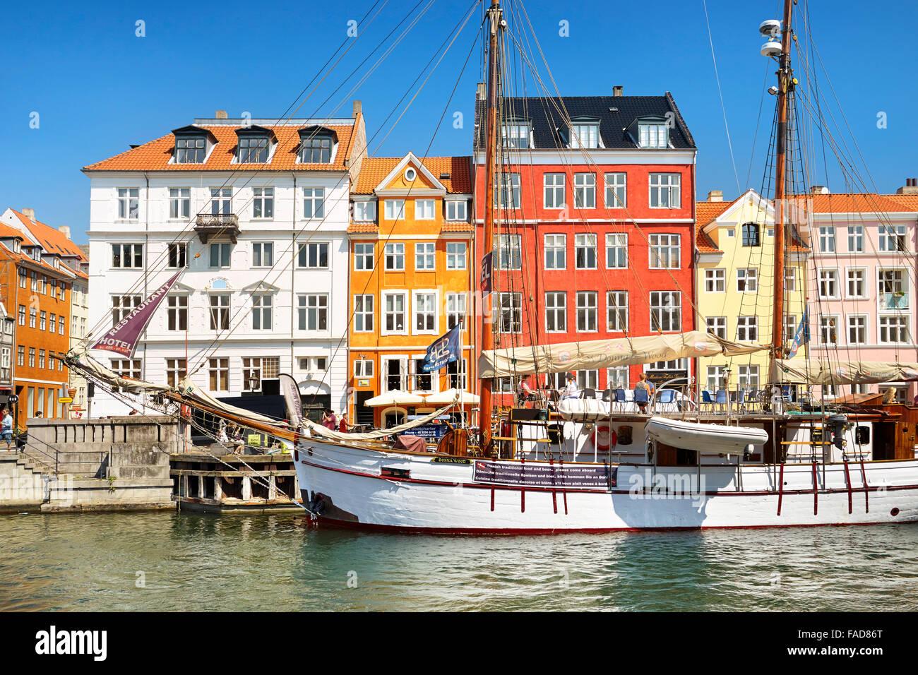 El barco en el Canal de Nyhavn, Copenhague, Dinamarca Foto de stock
