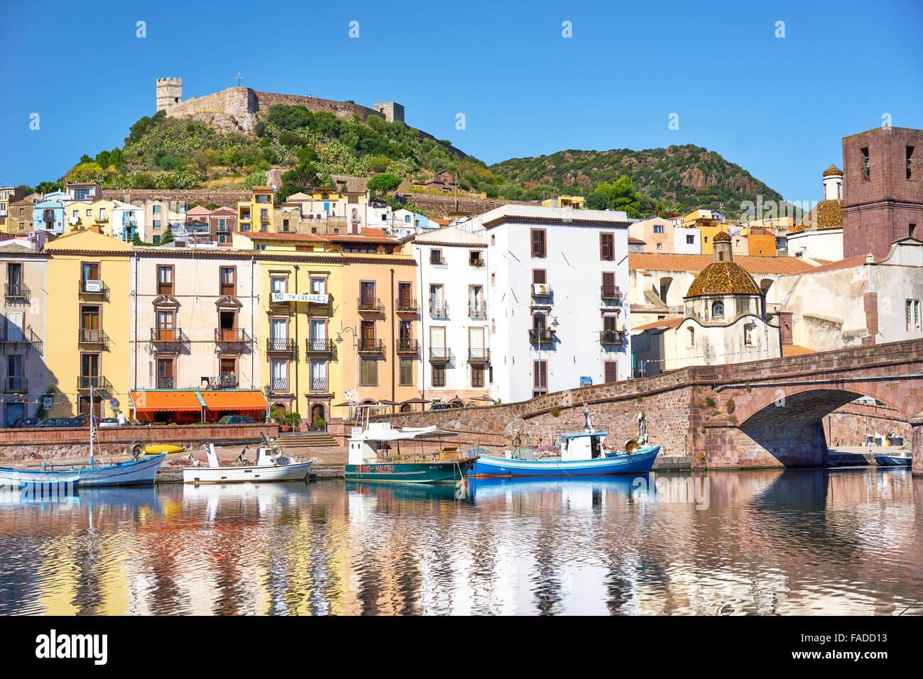 Casco Antiguo de Bosa, vistas al castillo Malaspina, Riviera del Corallo, Sardegna (Cerdeña, Italia) Foto de stock