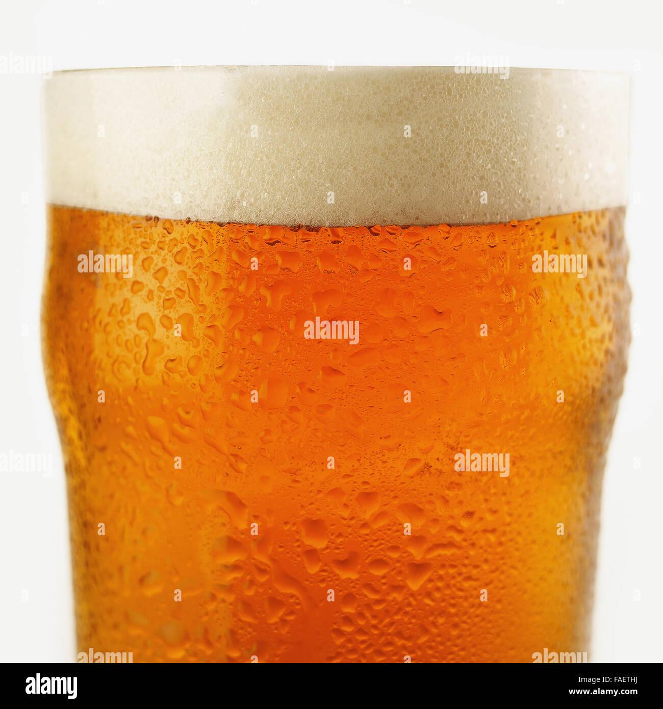 Cerca de una pinta de cerveza recién servida de refrigerada cerveza lager. Imagen De Stock