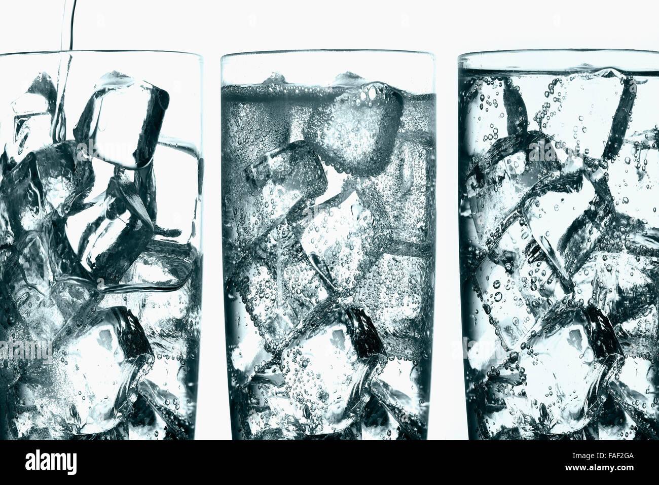 Composición fotográfica que muestra las tres fases de la ceniza que se vierte sobre hielo en un vaso de vidrio. Foto de stock