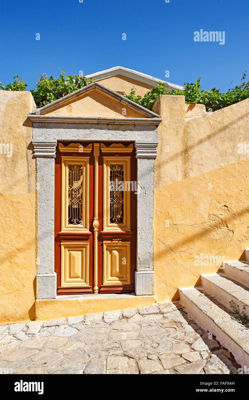 Antigua puerta de una mansión en la parte superior de la ciudad (Chorio) de Symi Island, Grecia Imagen De Stock