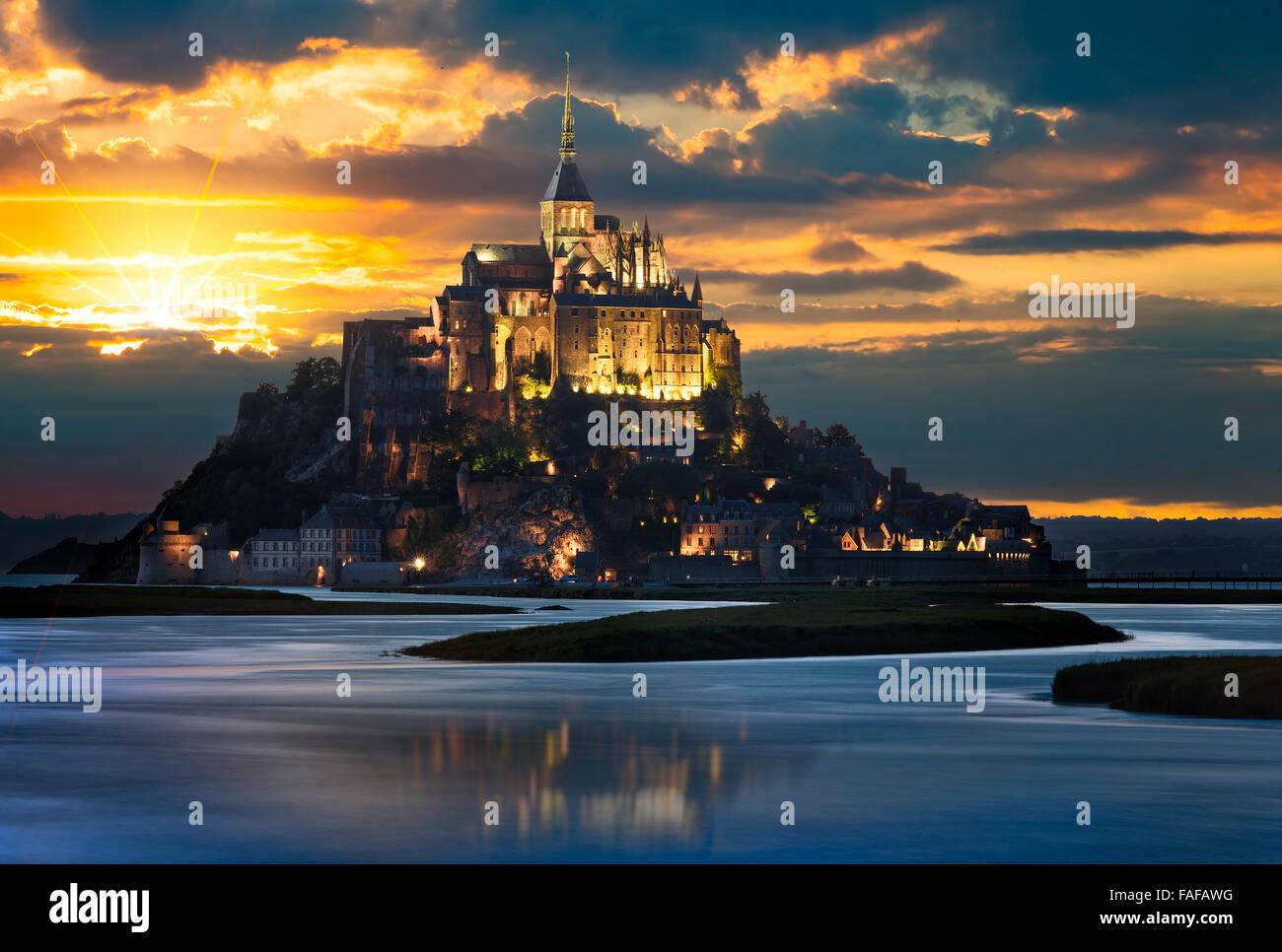 Le Mont-Saint-Michel al atardecer, Normandía, Bretaña, Francia, Europa Imagen De Stock