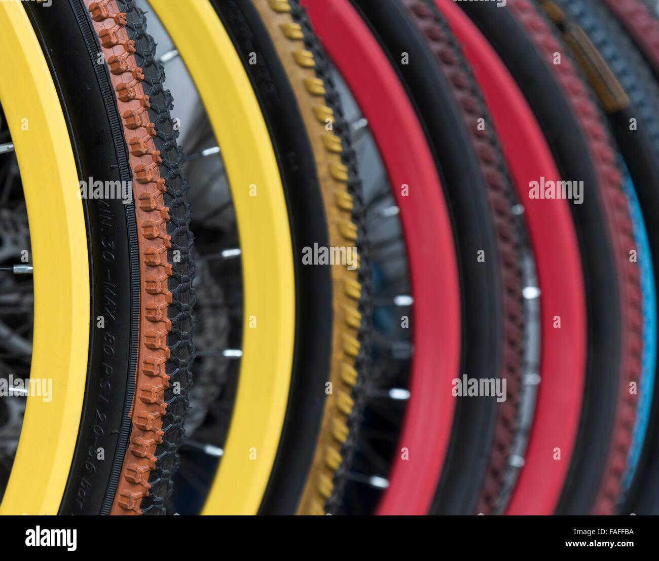 Ruedas de bicicleta colorido Foto de stock