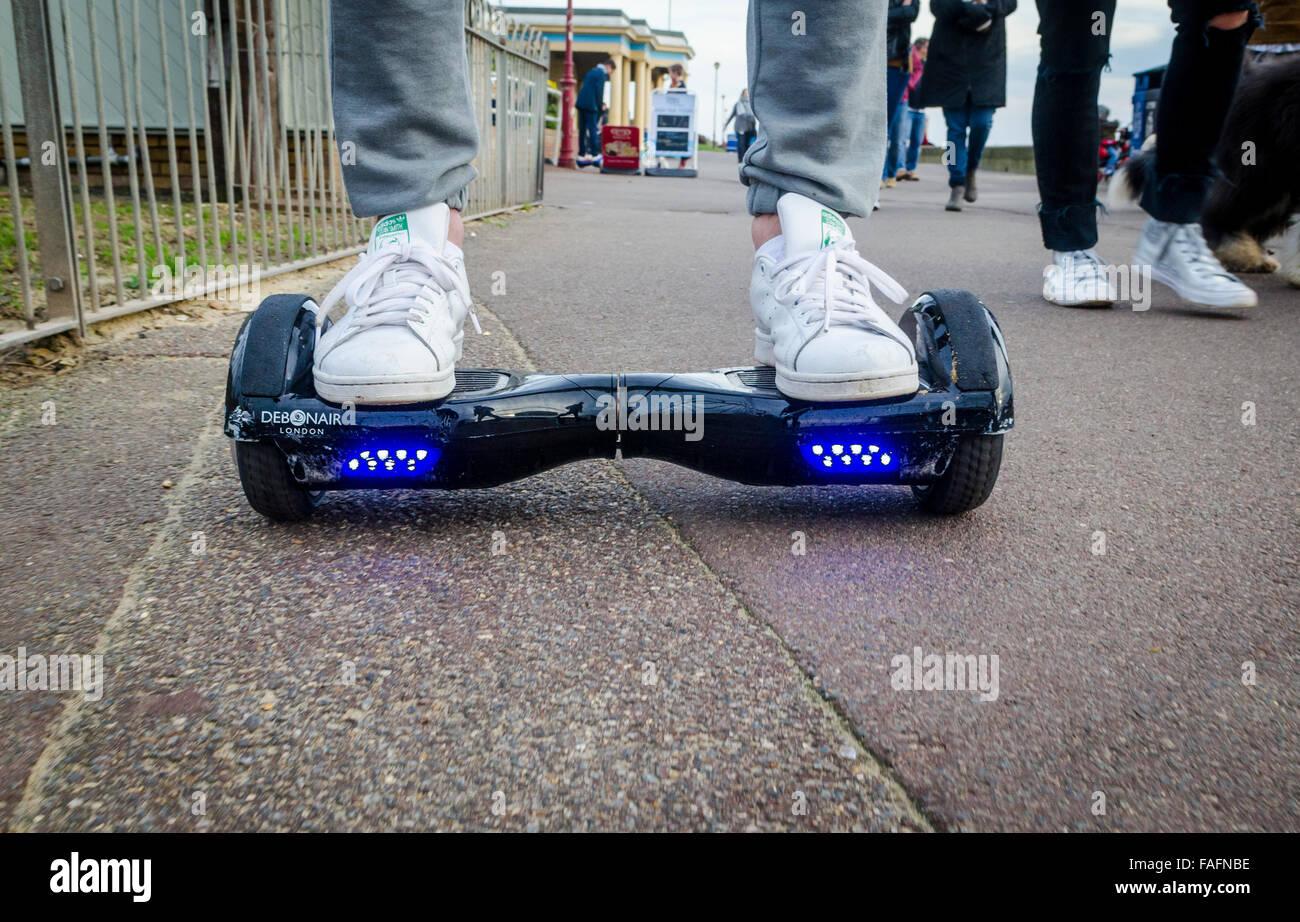 Persona montando un HoverBoard en una acera pública, ahora están prohibidos en todos los lugares públicos Imagen De Stock