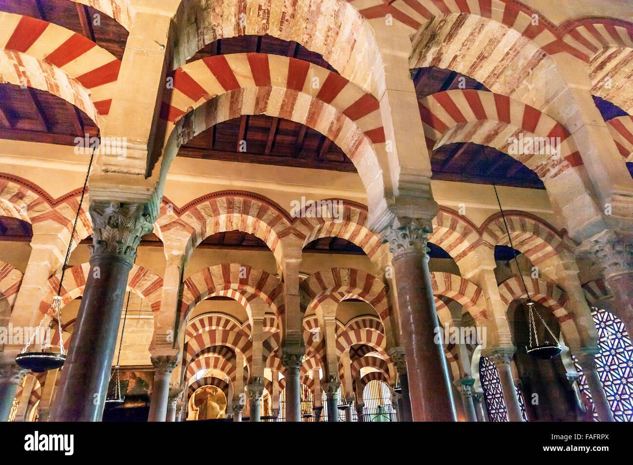 Arcos pilares Mezquita Córdoba España  Creado en 785 como