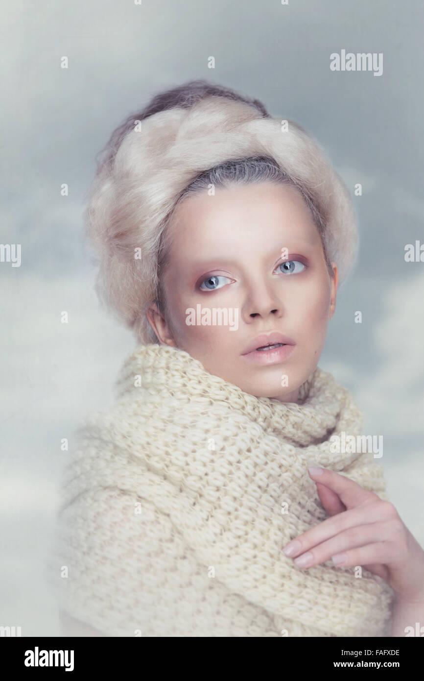 Mujer romántica belleza con en las nubes. Imagen De Stock