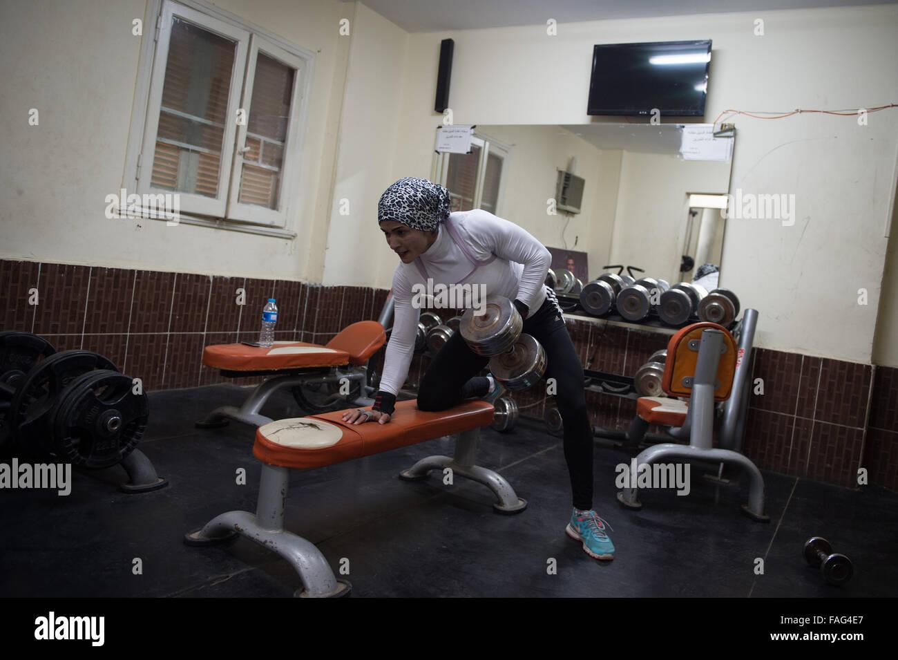 (151230) -- EL CAIRO, 30 de diciembre, 2015 (Xinhua) -- Kholoud Essam se ejercita en el Gimnasio de musculación Imagen De Stock