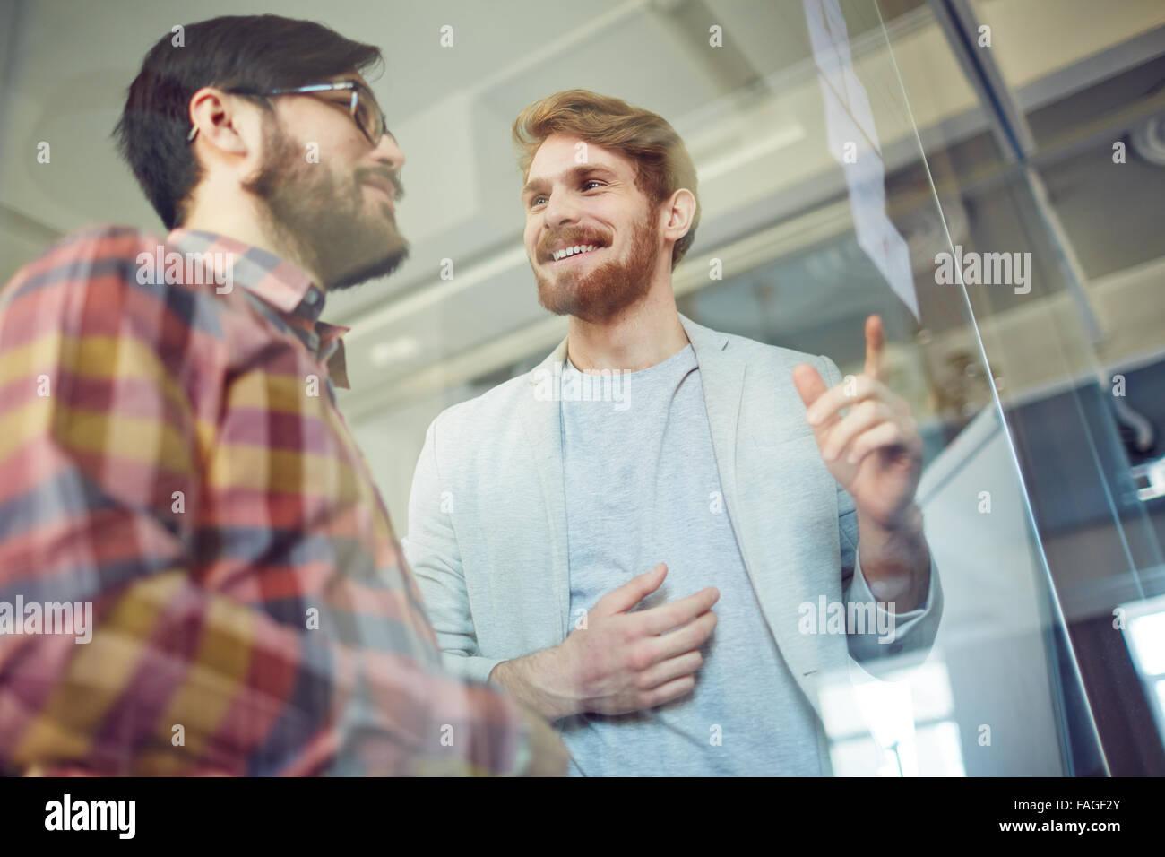 Los trabajadores de oficina feliz discutir en la reunión notas Imagen De Stock