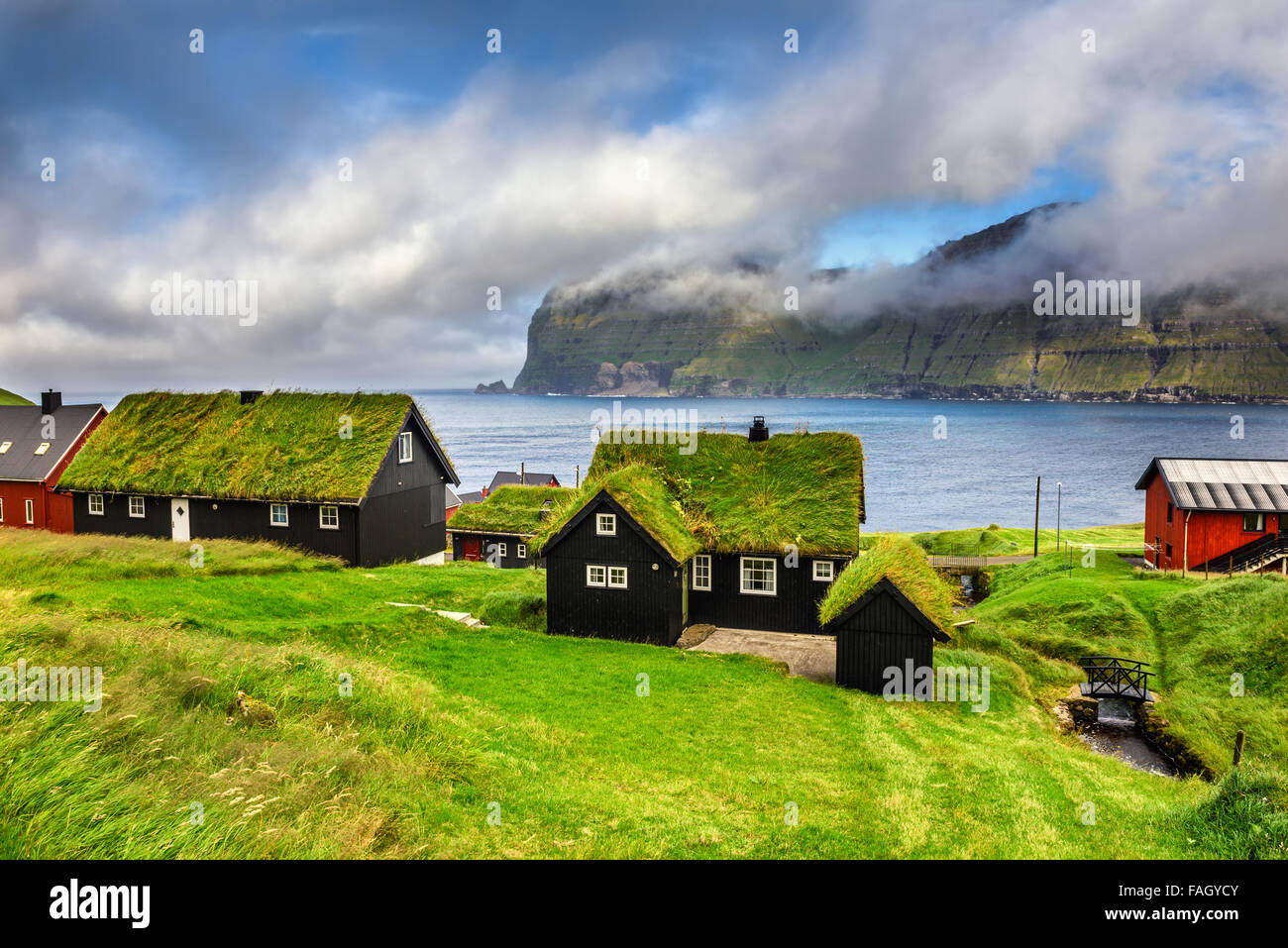 Aldea de Mikladalur situado en la isla de Kalsoy, Islas Feroe, Dinamarca Imagen De Stock