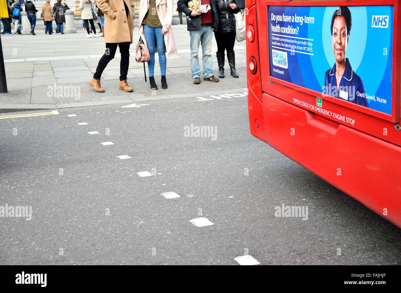 Londres, Inglaterra, Reino Unido. NHS Estancia bien este anuncio de la campaña de invierno en la parte de atrás Imagen De Stock
