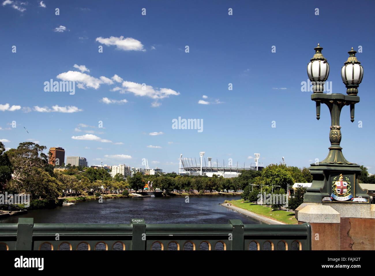 Río Yarra y el Melbourne Cricket Ground, en el centro de Melbourne, Victoria, Australia, en un día soleado de verano. Foto de stock
