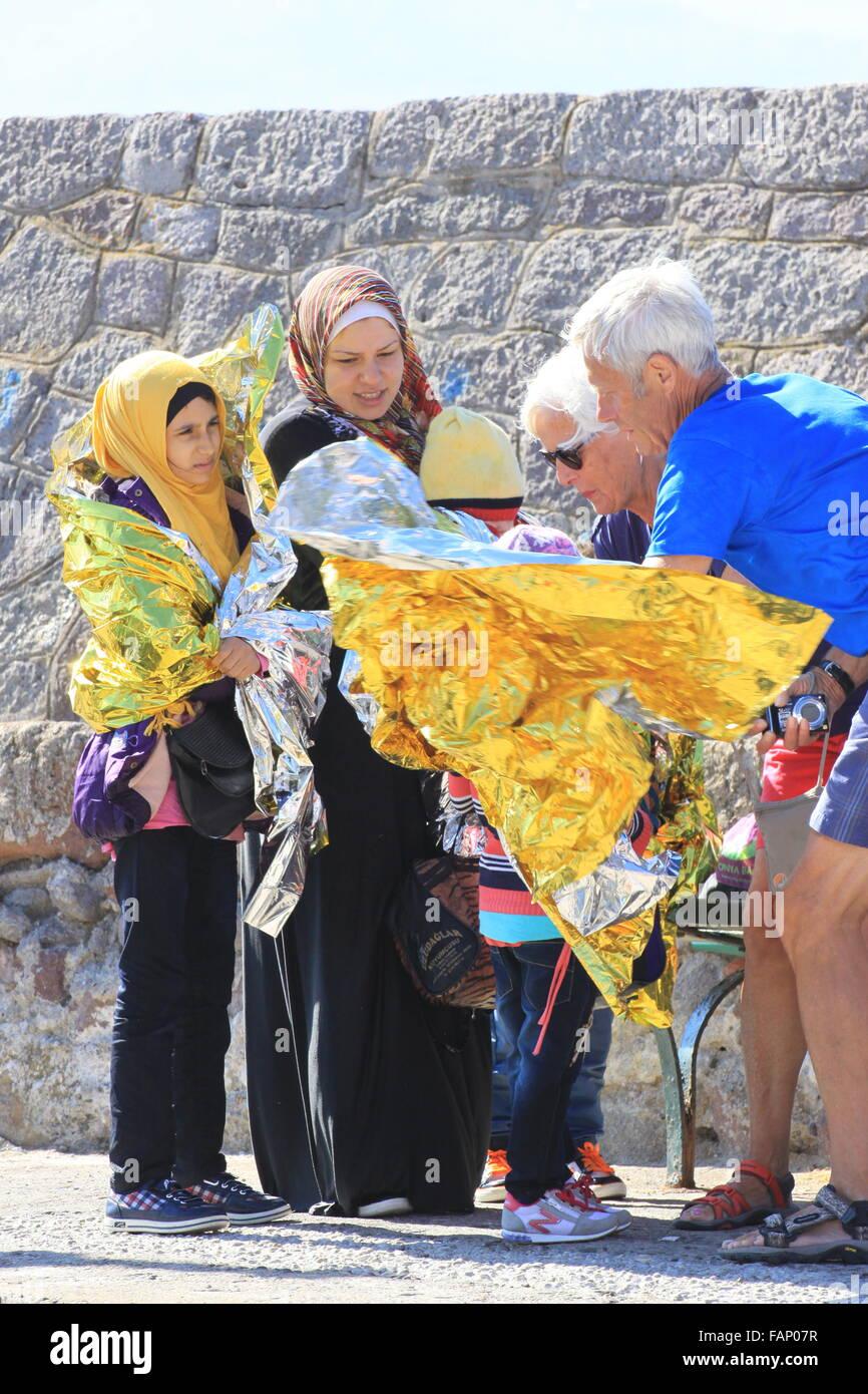Los trabajadores de ayuda La ayuda a los refugiados y solicitantes de asilo de la familia inmigrante como llegan Foto de stock