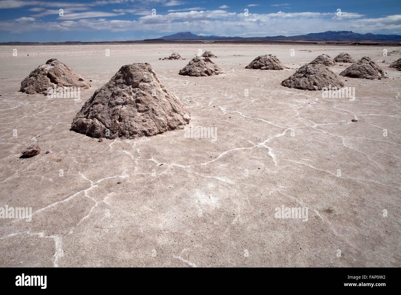 Los montones de sal en el Salar de Uyuni (Salar de Uyuni) en Bolivia Imagen De Stock