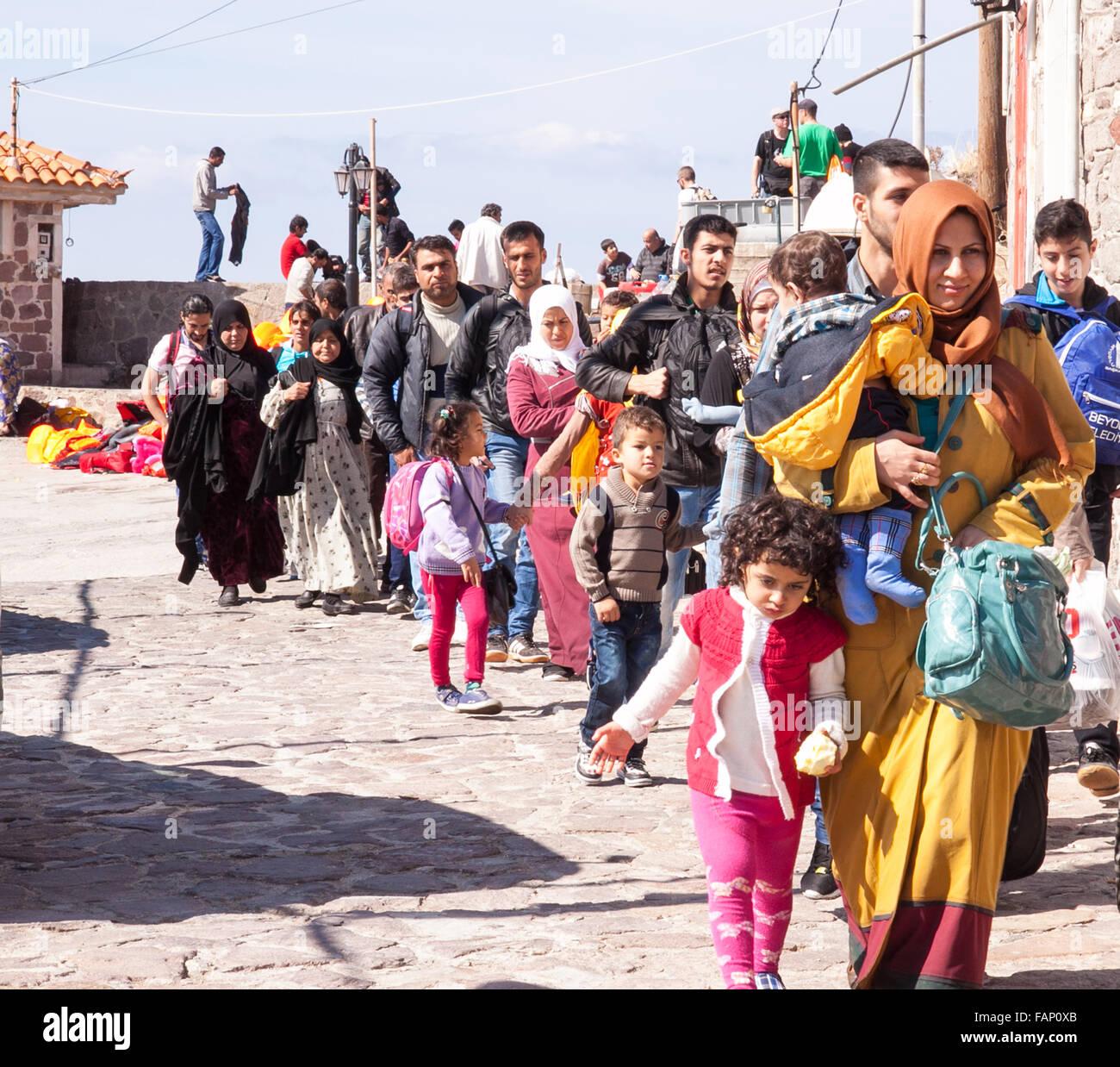 Familias de inmigrantes y refugiados habiendo apenas llegó a la ciudad de Molyvos en la isla de Lesbos en Grecia Foto de stock