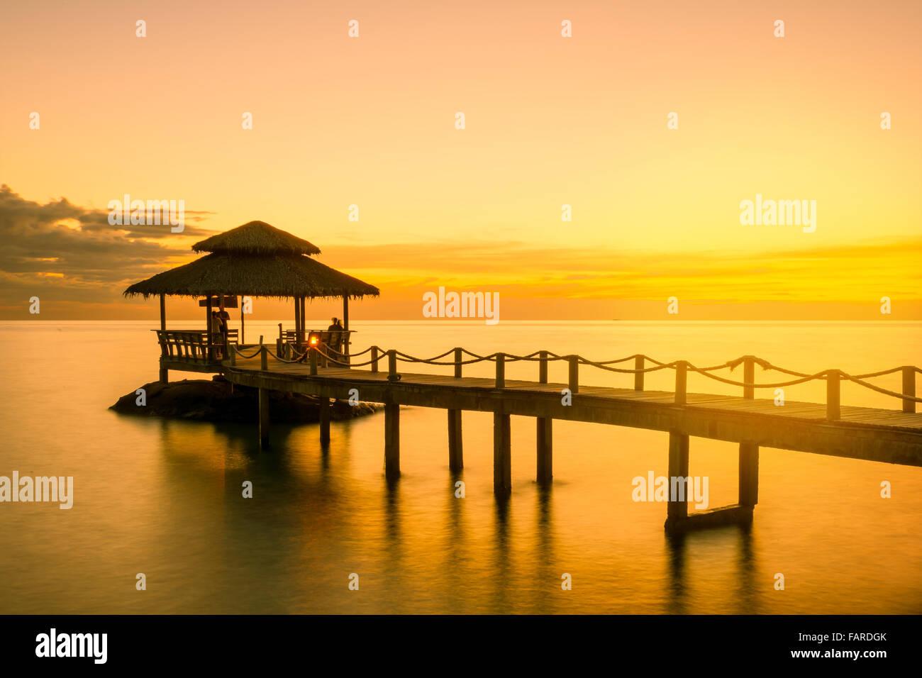 Verano, Viajes, vacaciones y días festivos el concepto - muelle de madera en Phuket, Tailandia Imagen De Stock
