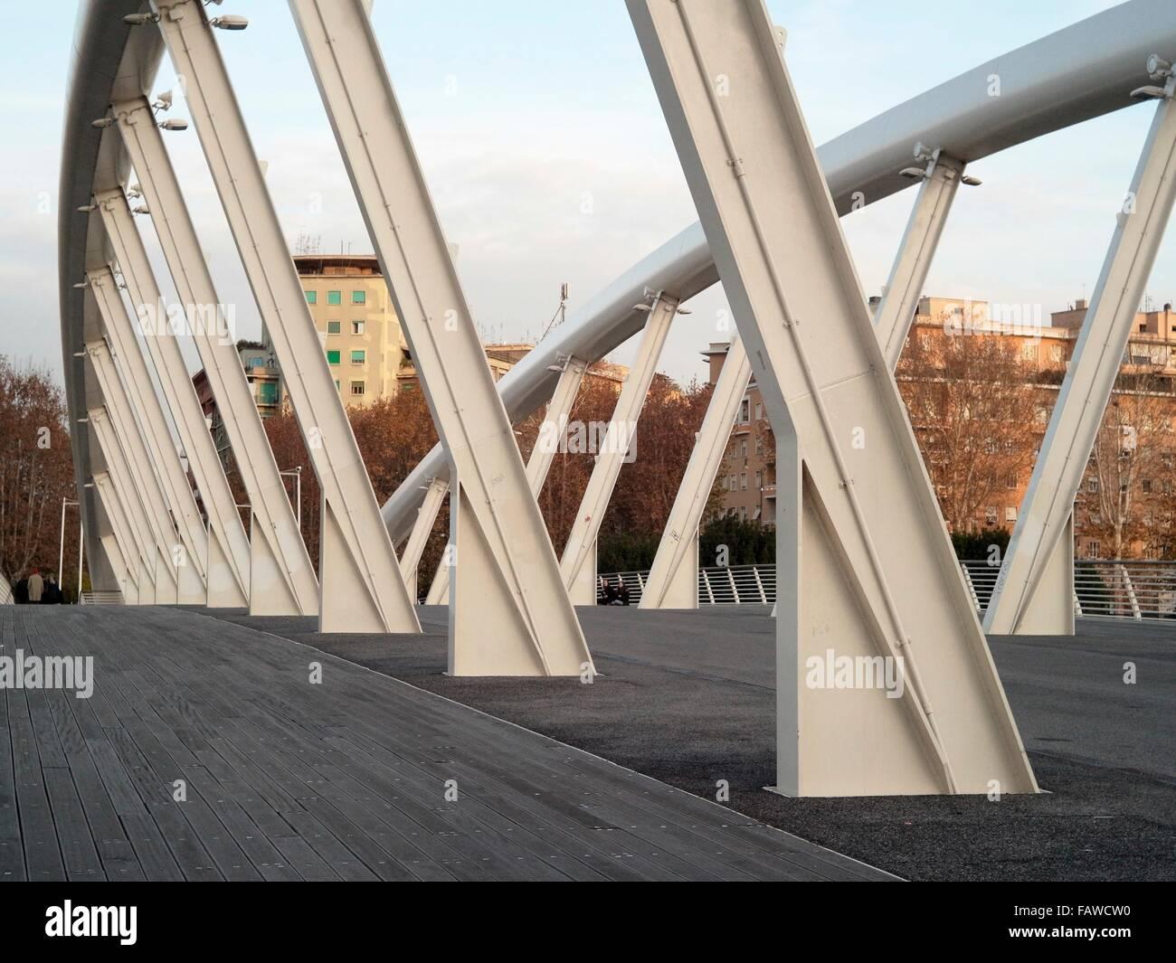 AJAXNETPHOTO. En el año 2015. Roma, Italia. - Puente de arco de acero - el Ponte della Musica de peatones y Imagen De Stock