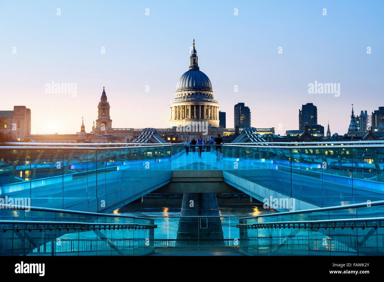 Londres, Millennium Bridge iluminado Imagen De Stock