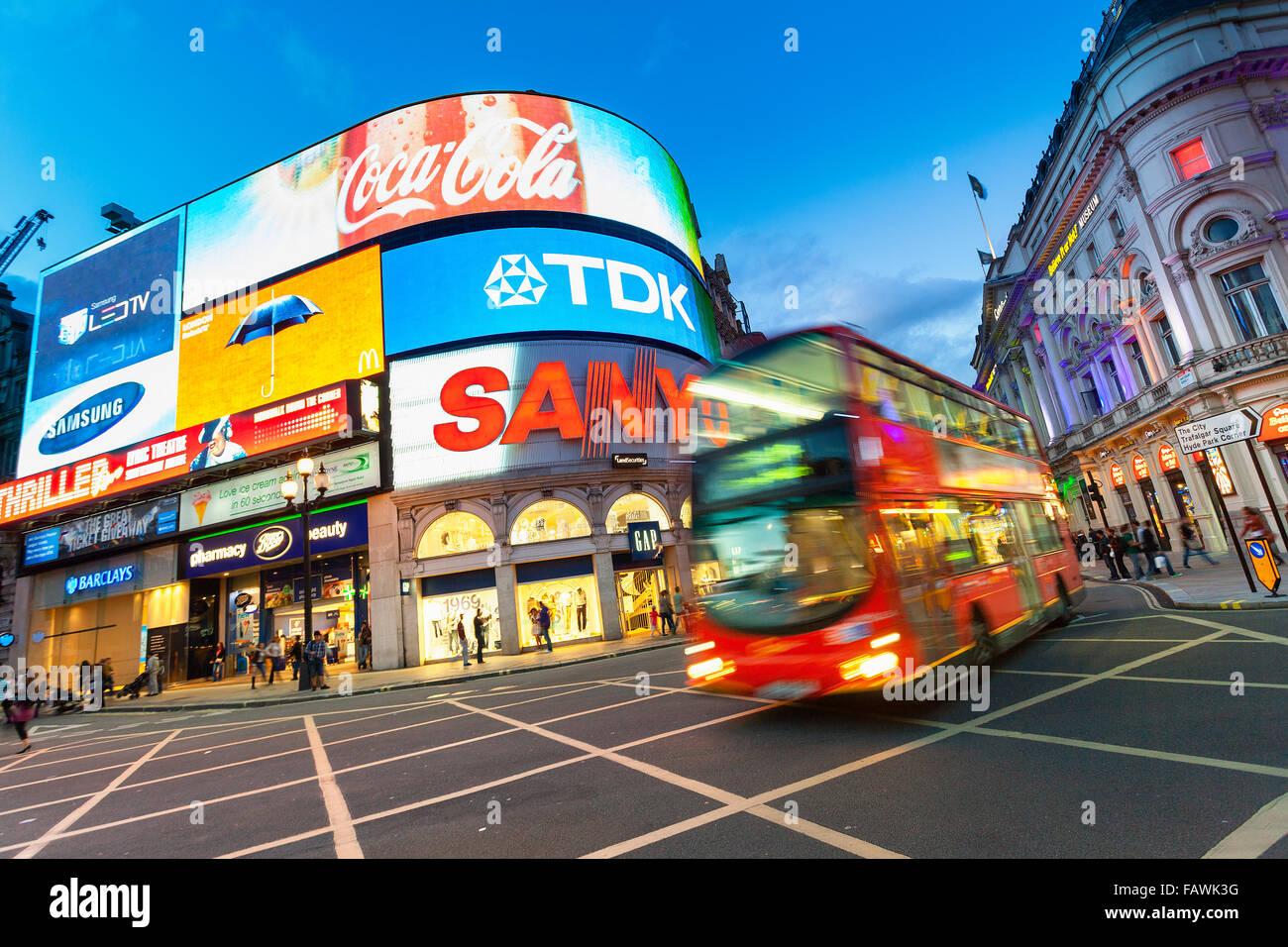 Londres, Piccadilly Circus iluminado Imagen De Stock
